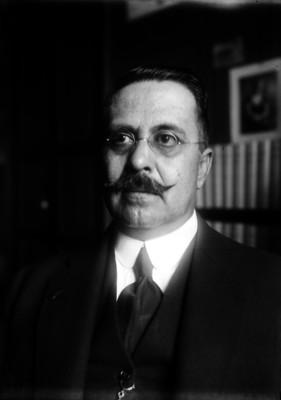 Vito Alessio Robles viste de traje, retrato