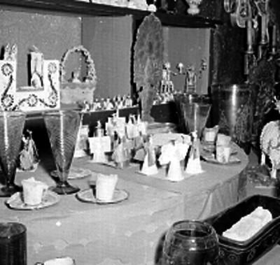 Altar de día de muertos dentro de una casa rústica