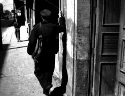 El cartero más viejo de México recorriendo las calles de la ciudad