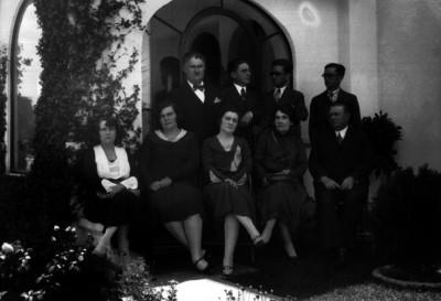 Vicente Almada en compañía de su familia, retrato