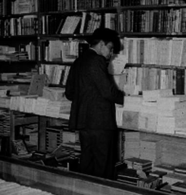 Hombre comprando libros