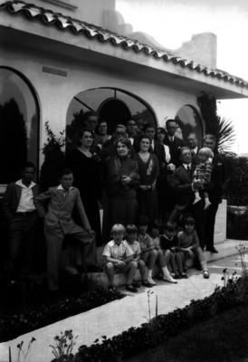 Vicente Almada y familia en el jardín de su casa, retrato de grupo