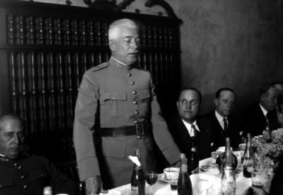 Pedro J. Almada pronuncia discurso en un banquete