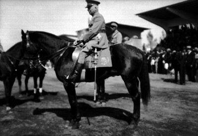 Pedro J. Almada monta a caballo durante una ceremonia