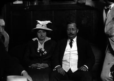 Salvador Alvarado y mujer sentados en una sala, retrato