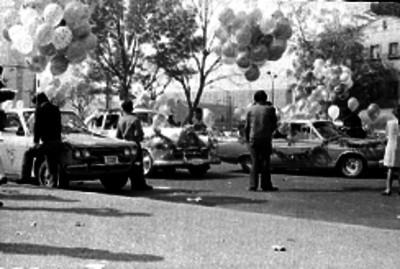 Peregrinación con automóviles adornados sobre una calle en la Cd. de México