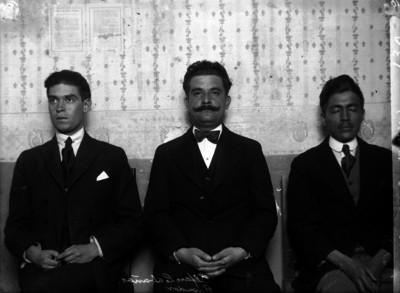 Carlos Alfaro Cabañas con funcionarios, retrato de grupo