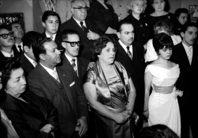 Enrique Alfaro y Virgen Llarena en un salón durante su boda civil