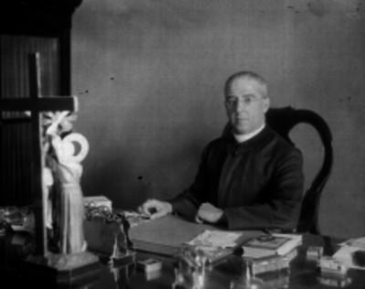 Sacerdote sentado ante un escritorio, retrato