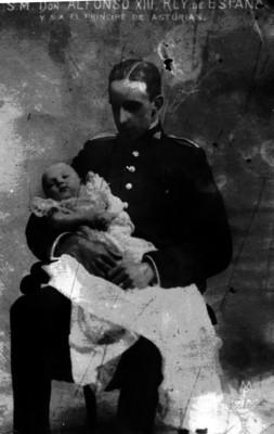 Alfonso XIII Rey de España carga a su hijo el Príncipe de Asturias
