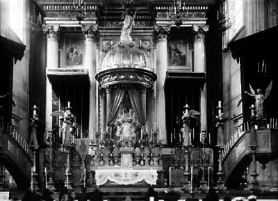 Feligreses ante altar mayor de una iglesia del siglo XIX