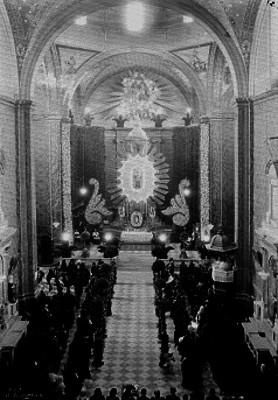 Misa ante retablo del siglo XIX