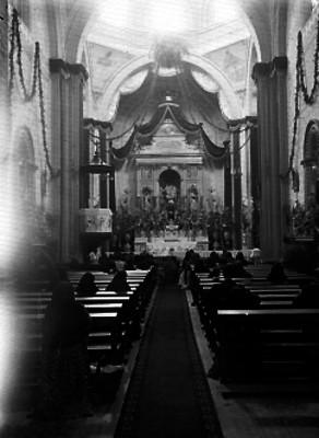 Feligreses hincados ante altar del siglo XIX