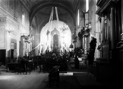 Misa de difunto ante el altar del Cristo del Eterno Descanso de una iglesia
