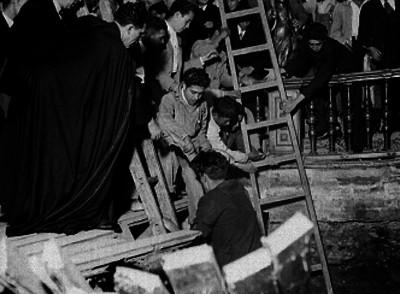 Luis María Martínez y hombres durante labores de rescate después de derrumbe en catedral