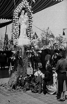 Personas observan altar durante la inauguración de la iglesia de la roca