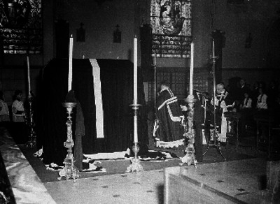 Sacerdotes oficia misa de cuerpo presente en el interior de una iglesia