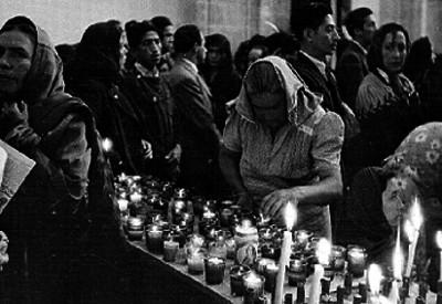 Feligreses y altar con veladoras