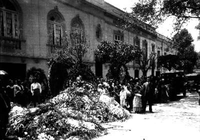 Personas fuera de una agencia funeraria