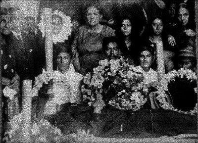 Familia vela el cadáver de un hombre