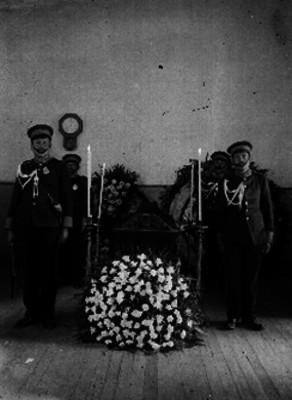 Miembros de una agencia funeraria montan guardia de honor durante un velori