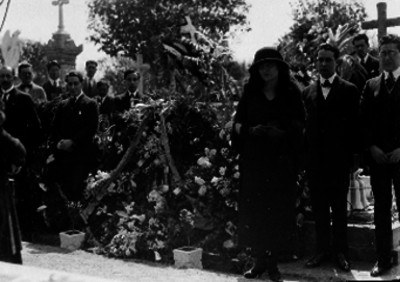 Personas junto a una tumba