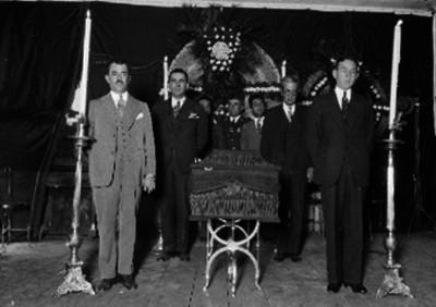 Personas montan guardia en una agencia funeraría, retrato