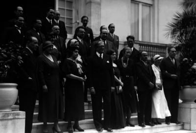 Julio Alvarez del Vayo acompañado de diplomáticos y sus esposas, retrato de grupo