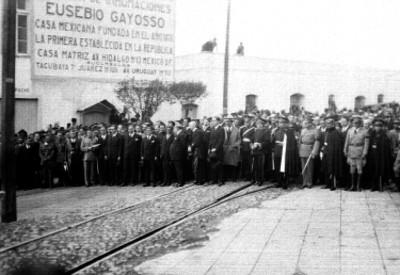 Hombres y militares fuera de la agencia Gayosso
