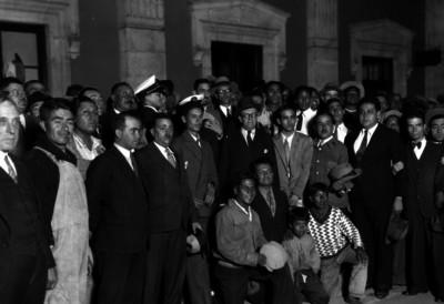 Julio Alvarez del Vayo rodeado de trabajadores y empleados públicos