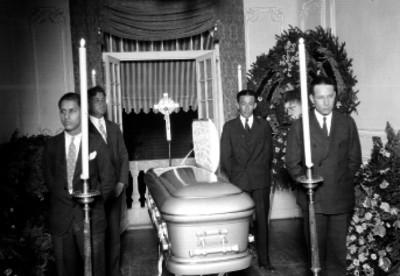 Hombres montan guardia a difunto durante su velación