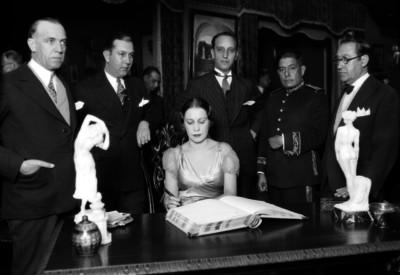 Carlos Amador, Isidro Fabela y otras personas firman un libro de visitas
