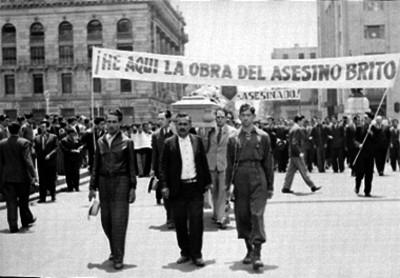 Manifestación de estudiantes con un féretro en el zócalo