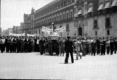 Manifestación de estudiantes con un féretro en el zócalo de la ciudad de México
