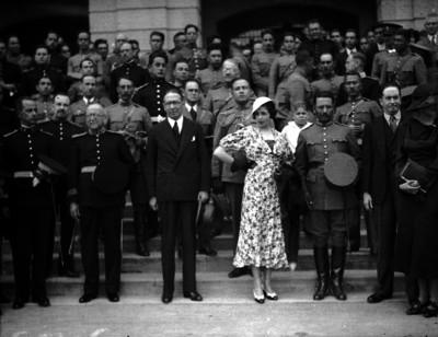 Joaquín Amaro, funcionarios, militares, y damas en la escalera de un edificio, retrato de grupo