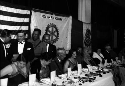 Joaquín Amaro convive con otras personas en un banquete en el Rotary Club
