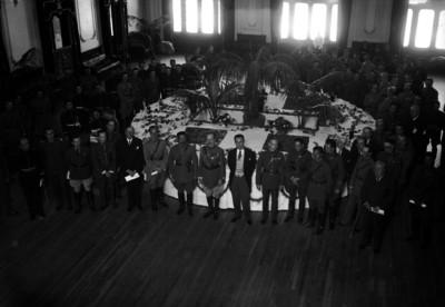 Joaquín Amaro aconpañado de personalidades durante un banquete, retrato de grupo