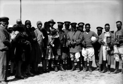 Joaquín Amaro, damas y funcionarios en una premiación deportiva, retrato de grupo