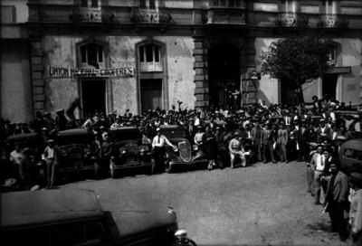 """Miembros de la """"Unión Nacional de c Choferes"""" realizan paro en una calle"""