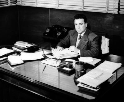 Roberto Amorós revisa documentos en su oficina, retrato