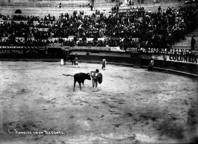"""Manuel Álvarez """"El Andaluz"""" torea frente a espectadores"""