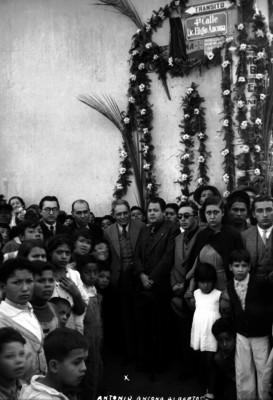"""""""Antonio Ancona Albertos"""" con funcionarios y gente durante la inauguración de la 4a. calle de Eligio Ancona"""