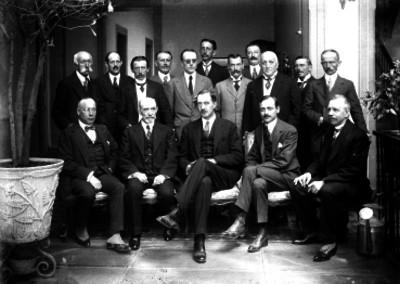 Diplomáticos después de una reunión en un edificio, retrato de grupo