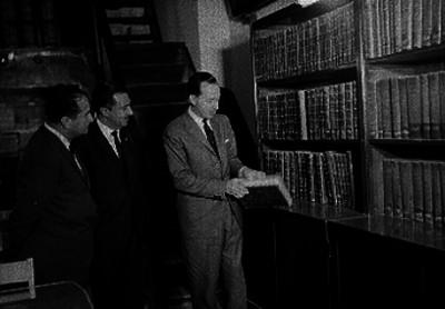 Antonio Ortíz Mena y funcionarios en las instalaciones de la biblioteca del congreso durante su inauguración