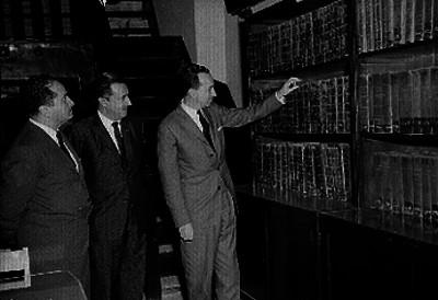 Antonio Ortíz Mena, Sánchez Piedra y Henestroja en la biblioteca del congreso, durante su inauguración