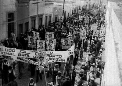 Manifestación política de gente por una calle apoyando al candidato presidencial Juan Andrew Almazán, durante su campaña en Querétaro