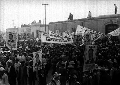 Manifestación política de gente en una plaza apoyando al candidato presidencial Juan Andrew Almazán, durante su campaña en Querétaro