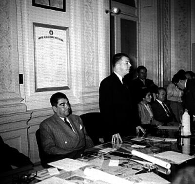 Político pronuncia discurso durante una reunión