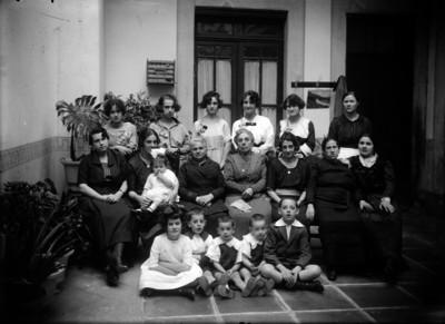 Miembros de una familia en el patio de una casa, retrato