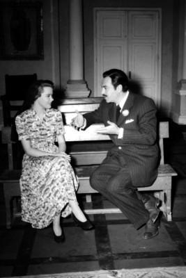 Pedro Armendáriz conversa con actriz en un estudio cinematográfico